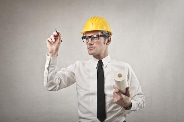 Ingénieur travaillant sur un plan Photo Premium