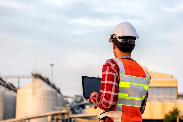 L'ingénieur Travaille En Construction Sur Les Plans Du Site Pour Construire Des Immeubles De Grande Hauteur. Concept De Construction D'ingénieur. Photo Premium