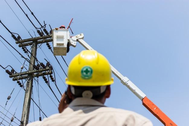 Les ingénieurs électriciens contrôlent la maintenance électrique. Photo Premium