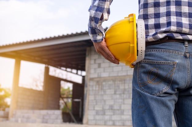 Ingénieurs Ou Entrepreneurs Travaillant Sur Des Chantiers De Construction. Photo Premium