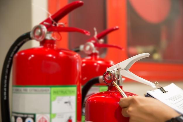 Les ingénieurs vérifient les extincteurs. Photo Premium