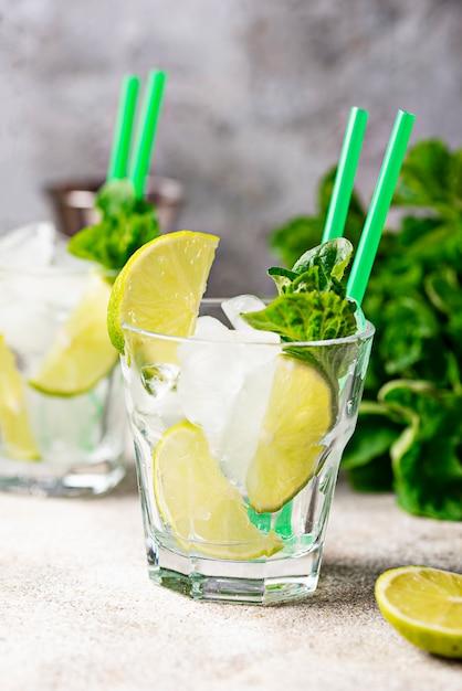 Ingrédient pour cocktail préparé à la lime Photo Premium