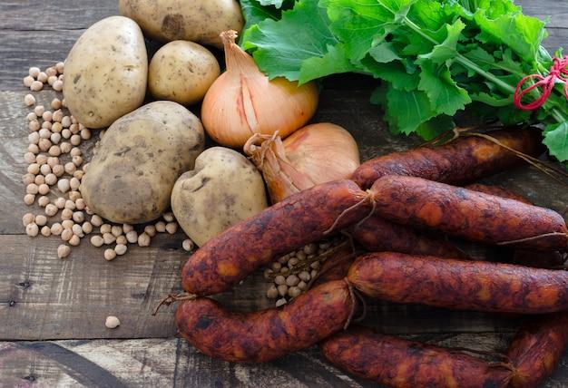 Ingrédients Alimentaires, Chorizos, Pommes De Terre, Oignons, Pois Chiches Et Navets. Photo Premium