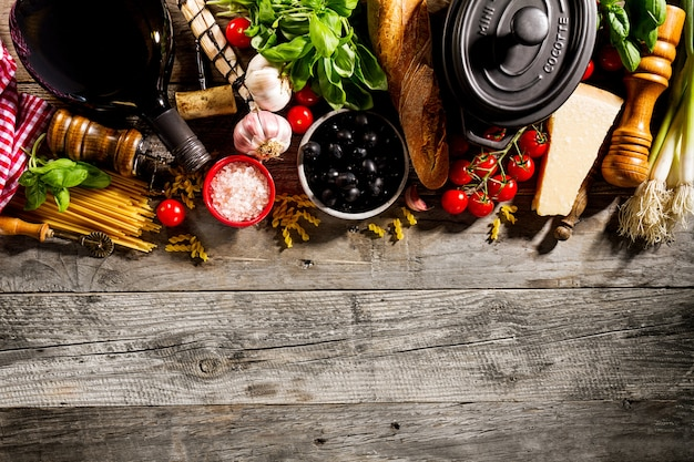 Des ingrédients alimentaires italiens délicieux frais appétissants sur le vieux fond de bois rustique. prêt à cuisiner. accueil italian food food cooking concept. Photo gratuit