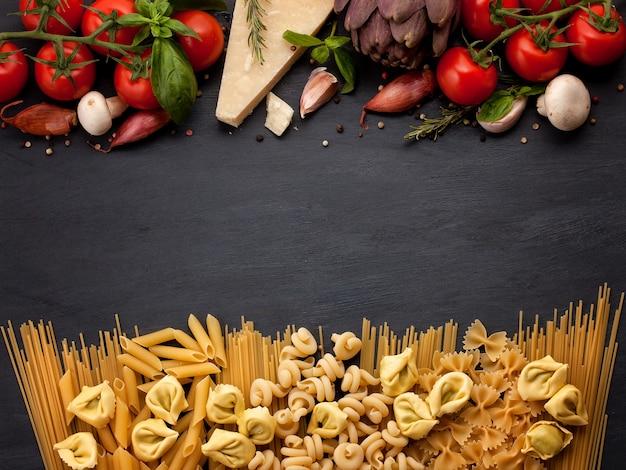 Ingrédients biologiques frais de la cuisine italienne Photo Premium