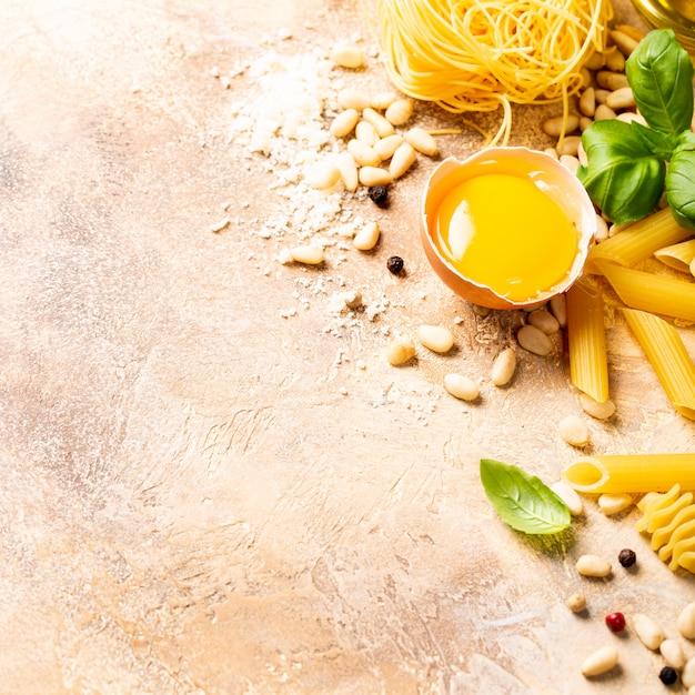 Ingrédients crus sains pour la sauce pour pâtes italiennes carbonara Photo Premium