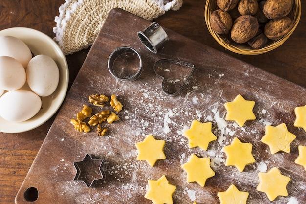 Ingrédients et emporte-pièces près des biscuits crus Photo gratuit