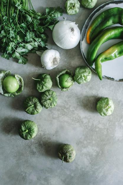 Ingrédients frais pour la salsa de tomatillos vert Photo Premium