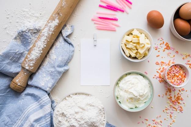 Ingrédients de gâteau d'anniversaire Photo gratuit