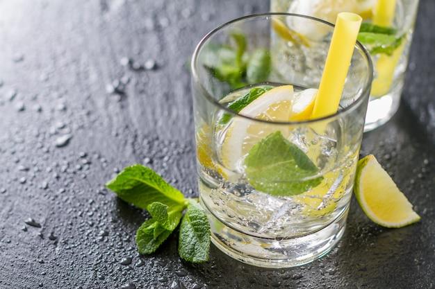Ingrédients limonade sur fond de pierre sombre Photo Premium
