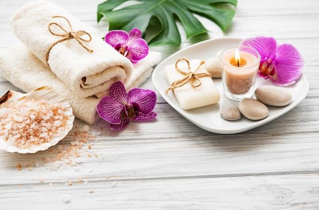 Ingrédients naturels du spa avec des fleurs d'orchidées Photo Premium
