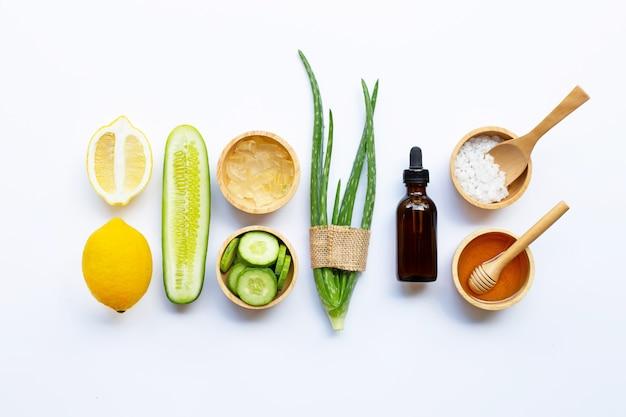 Ingrédients naturels pour les soins de la peau faits maison sur blanc. Photo Premium