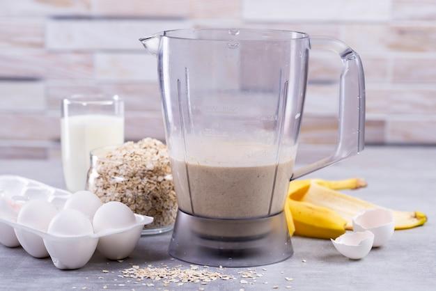 Ingrédients Et Outils Pour Crêpes D'avoine à La Banane Photo Premium