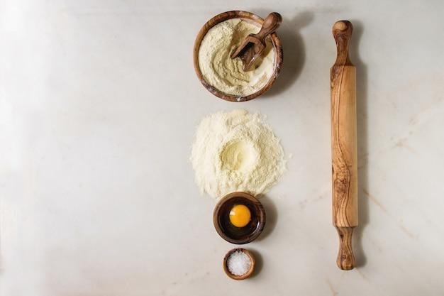Ingrédients pour la cuisson des pâtes maison Photo Premium