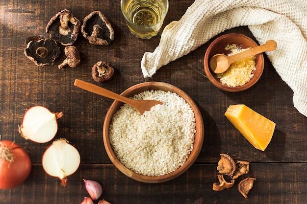 Ingrédients pour la fabrication de champignons risotto sur une table en bois rustique Photo gratuit