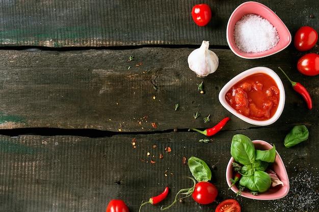 Ingrédients pour la fabrication du ketchup Photo Premium