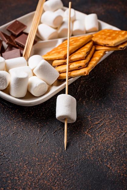 Ingrédients pour griller des guimauves et cuisiner des s'mores Photo Premium