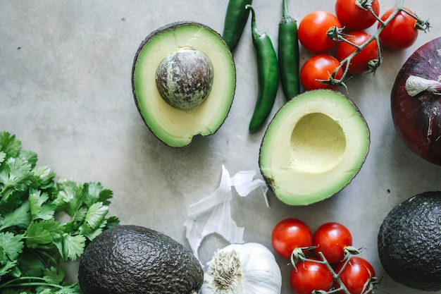 Ingrédients pour une idée de recette de photographie culinaire au guacamole frais Photo Premium