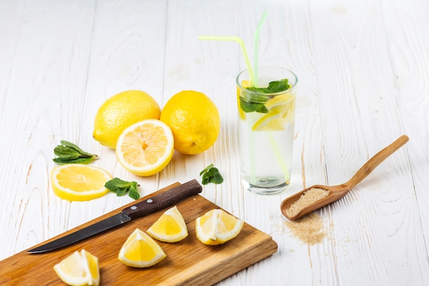 Ingrédients pour limonade rafraîchissante à la menthe citronnée Photo gratuit