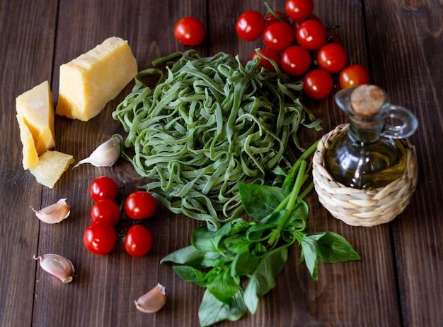 Ingrédients pour les pâtes italiennes. parmesan usagé, tomates et huile d'olive. Photo Premium