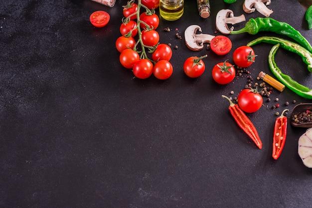 Ingrédients pour la préparation de délicieuses pizzas italiennes. fond avec fond Photo Premium