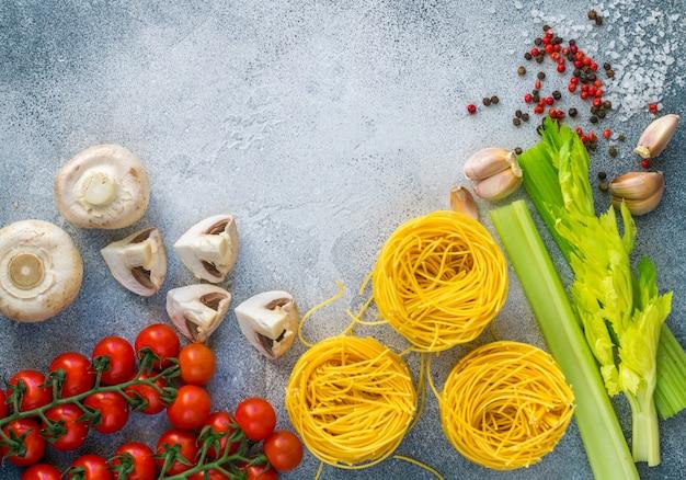 Ingrédients pour préparer un dîner à l'italienne ou à la méditerranéenne Photo Premium
