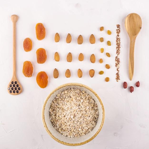 Ingrédients pour préparer des flocons d'avoine savoureux et sains au petit-déjeuner Photo Premium
