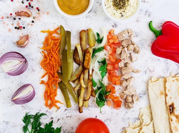 Ingrédients pour sandwich au shawarma sur blanc Photo Premium