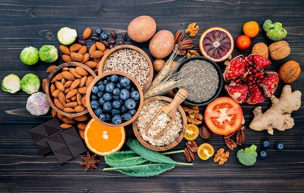 Ingrédients Pour La Sélection D'aliments Sains. Le Concept D'aliments Sains Mis En Place. Photo Premium