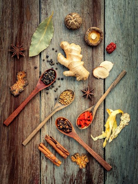 Ingrédients pour soupe aux herbes chinoise sur fond en bois minable. Photo Premium