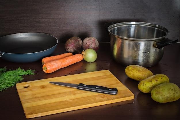 Les ingrédients principaux sont des légumes pour betteraves bortsch, carottes, pommes de terre et oignons. voir en haut. Photo Premium