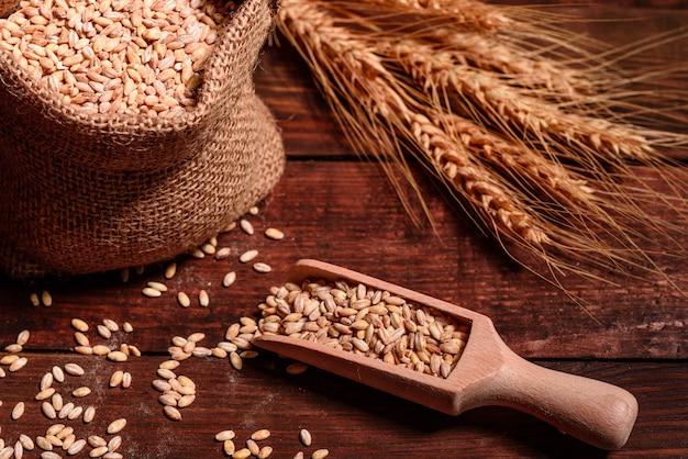 Des ingrédients sains pour les petits pains et le pain Photo Premium