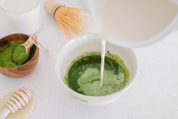 Ingrédients de thé au lait vert matcha, boissons saines à la mode Photo Premium