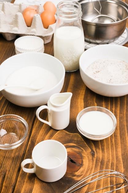 Ingrédients et ustensiles de cuisine sur un bureau texturé brun Photo gratuit