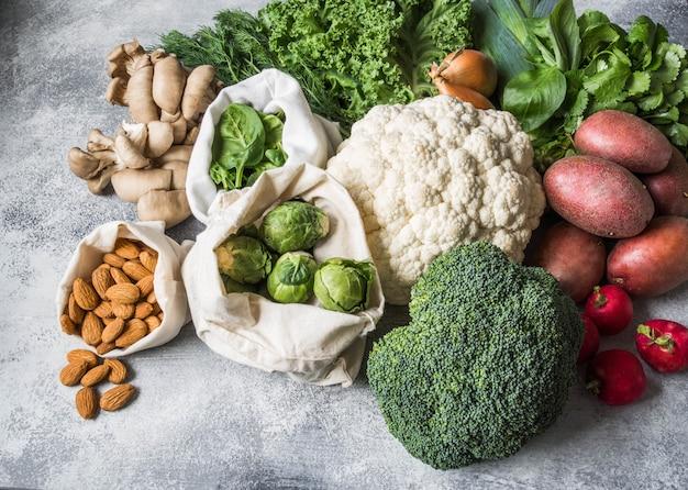Ingrédients Végétaliens Sains Pour La Cuisine. Divers Légumes Et Herbes Propres Sur Fond De Marbre. Produits Du Marché Sans Plastique. Pose à Plat Photo Premium