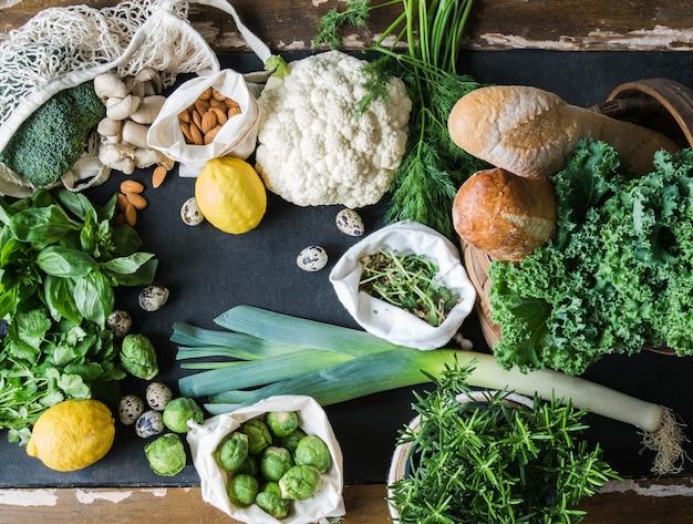Ingrédients Végétariens Sains Pour La Cuisine. Divers Légumes Propres, Herbes, Noix Et Pain Sur Fond Noir. Produits Du Marché Sans Plastique. Lay Plat. Photo Premium