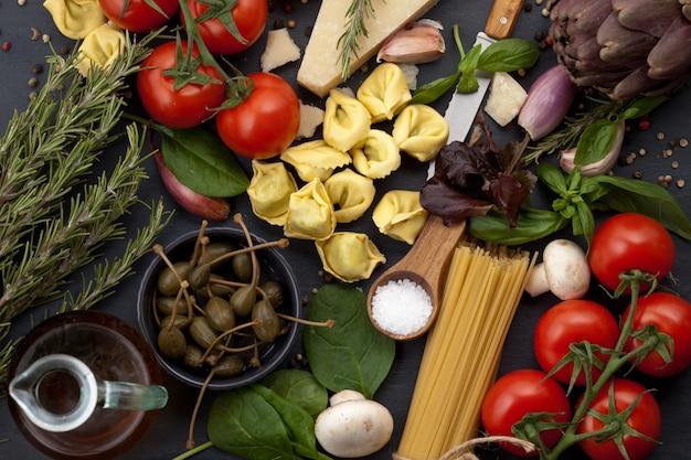 Ingridients biologiques frais de recettes italiennes Photo Premium