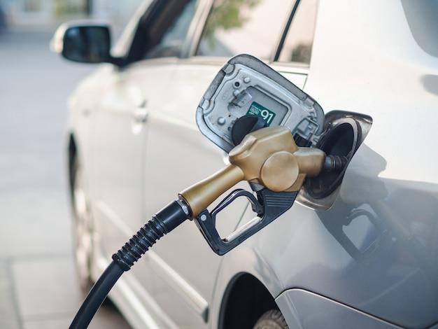Injecteur de carburant pour ravitailler une voiture à la station-service Photo Premium