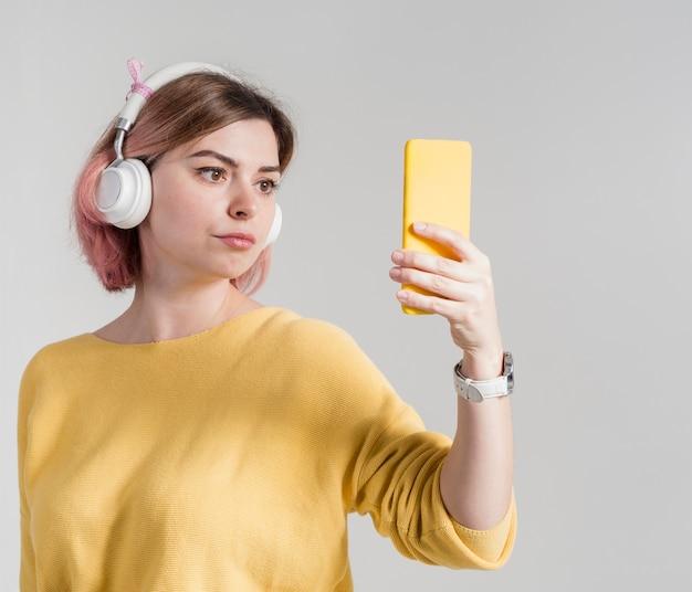 Inquiet femme regardant téléphone Photo gratuit
