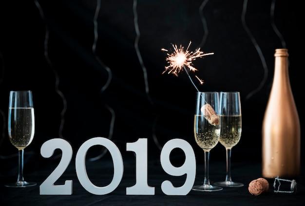 Inscription 2019 avec feu de bengale dans le verre Photo gratuit