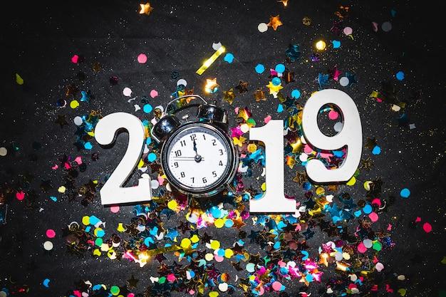 Inscription 2019 avec horloge sur table Photo gratuit
