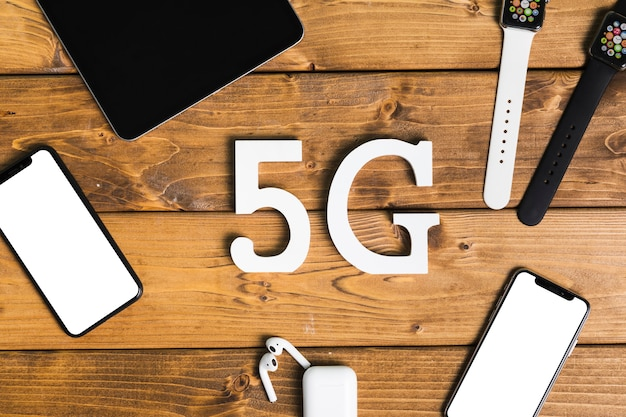 Inscription 5g et appareils électroniques sur le bureau Photo gratuit