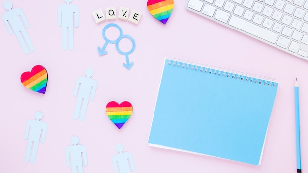 Inscription d'amour avec des coeurs, des icônes de couples homosexuels et le bloc-notes Photo gratuit