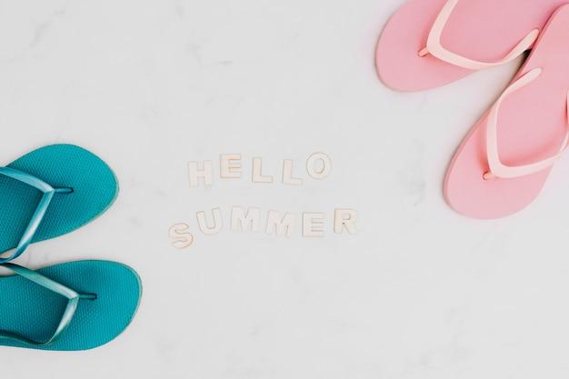 Inscription bonjour summer et tongs Photo gratuit