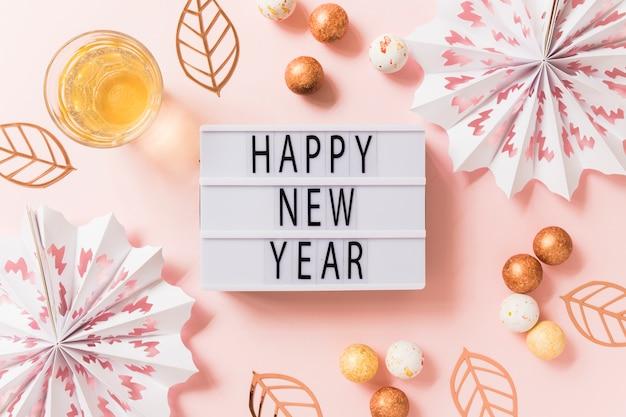 Inscription bonne année sur tableau blanc avec des boules Photo gratuit