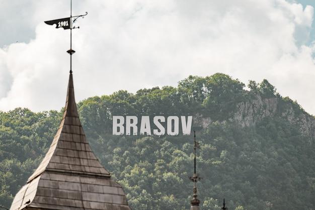 Inscription de brasov au sommet de la montagne au grand jour Photo Premium