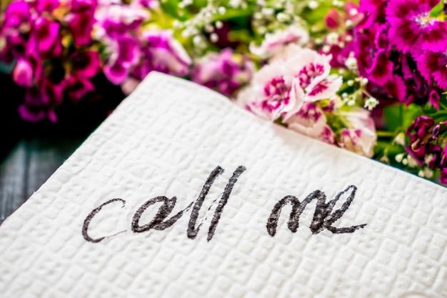 L'inscription call me sur une serviette blanche Photo Premium