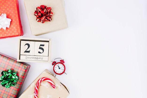 Inscription du 25 décembre sur des blocs de bois avec des coffrets cadeaux Photo gratuit