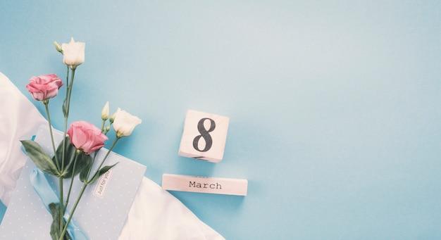 Inscription du 8 mars avec des roses sur la table Photo gratuit