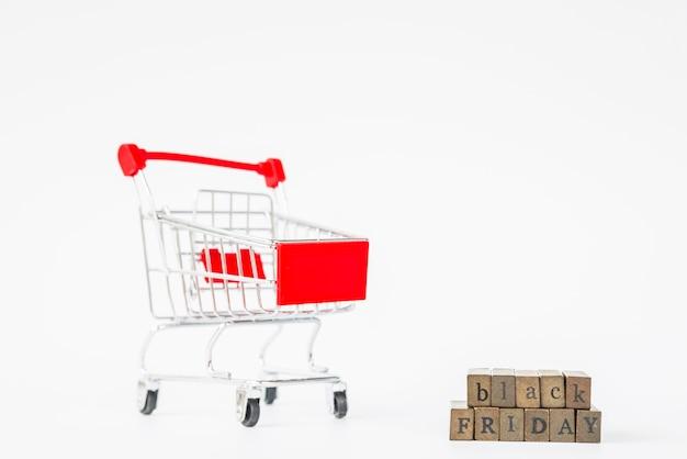 Inscription du vendredi noir près du caddie Photo gratuit